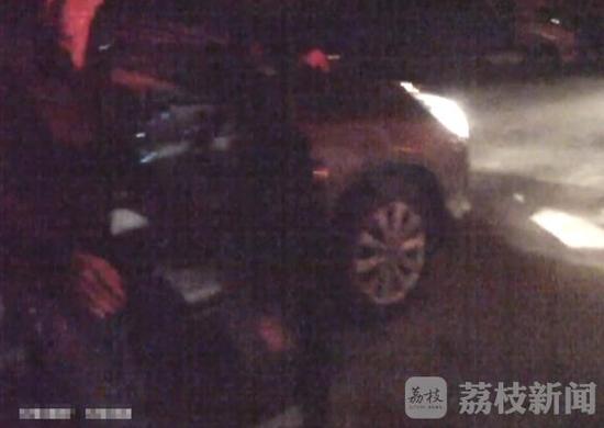 车主指南:女子路过翻车事故停下看热闹 被同伴误丢在高速