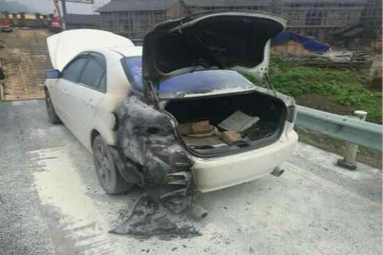 车主指南:高速路轿车自燃 女司机只顾报警忘记灭火自救