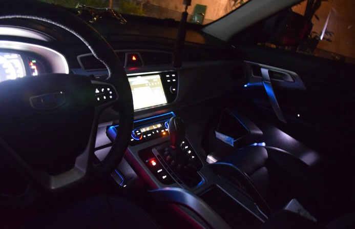 吉利博越夜間車燈效果圖如下:博越在燈光方面上也是下足了功夫,采用
