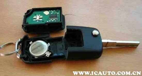 原装电池为型号CR2032,电压3V的钮扣电池,超市有很多品牌,价格差异不大,尽量购买大品牌的。大众速腾遥控钥匙电池正常使用寿命在2年左右,带一键启动的遥控钥匙电池使用寿命较短,在一年左右。可以在车上备上2块电池,有备无患。钥匙电池更换方法如下; 1、打开钥匙的折叠处,用一字改锥插进凹槽处的横向小道里。注意:一定要用力顶住。然后用巧劲转动改锥。  2、当顶开一个较大的缝隙后,用手拽住下面的钥匙环,使劲一拔,钥匙即分成上下两部分。  3、用力掰开侧面,这部分钥匙便分成前后两片,露出电池部分和电路板部分。取下
